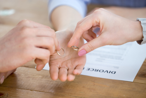 ex-couple returning rings to lawyer, amicable divorce